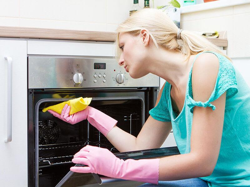 Làm sạch lò nướng nhằm hạn chế mùi