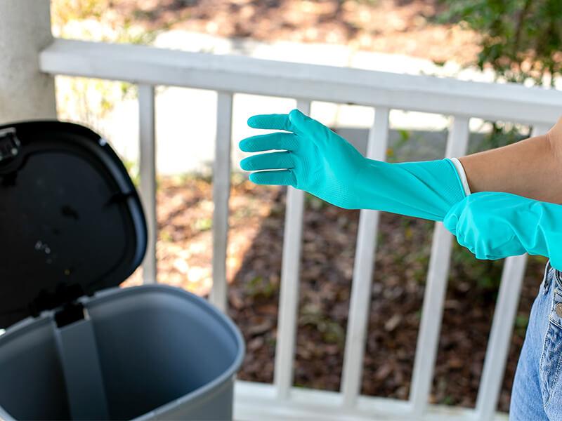 Làm sạch thùng rác trước khi cho túi đựng rác mới vào