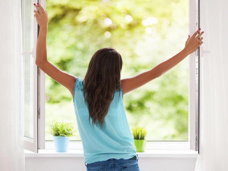 Mở cửa sổ để mùi hôi được bay ra ngoài