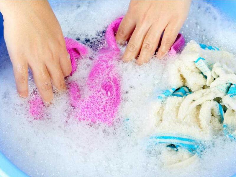 Ngâm các vật dụng bị ảnh hưởng bởi nấm mốc vào dung dịch thuốc tẩy