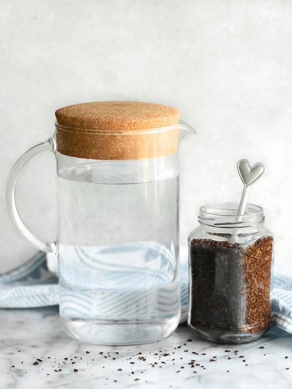 Cho cafe đã xay vào bình thuỷ tinh có nắp đậy