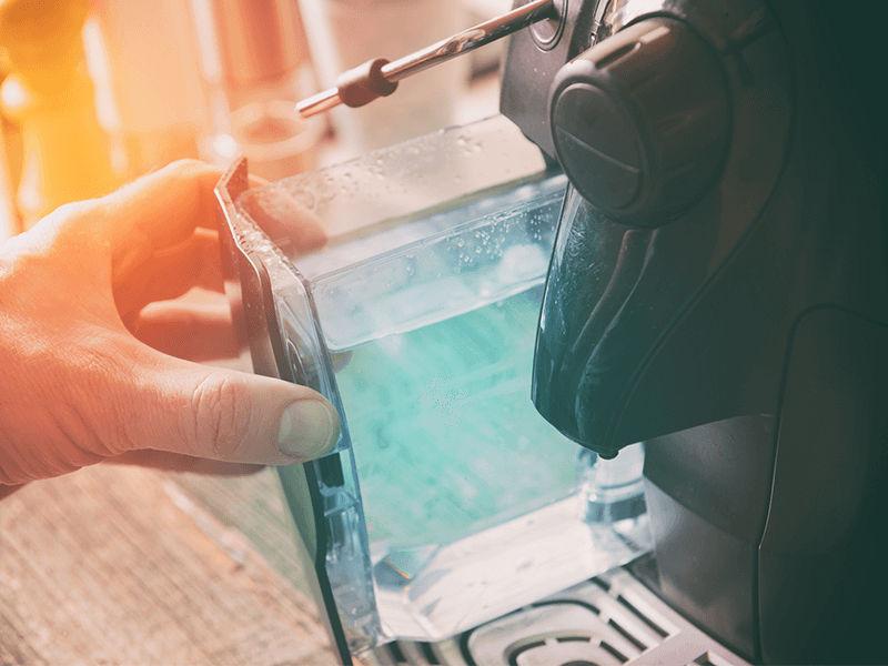Đổ nước vào bình chứa nước