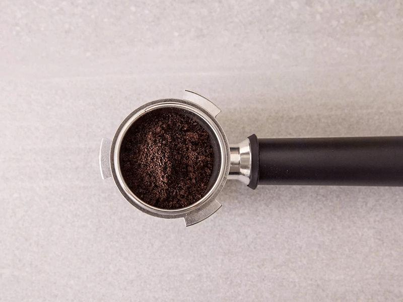 Cho cafe vào cần pha cafe