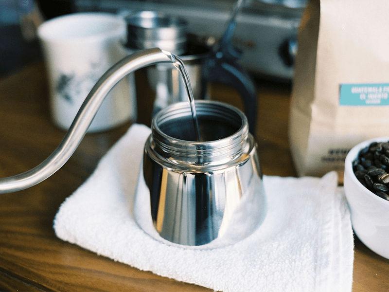 Cho nước sôi vào phần đáy ấm Moka