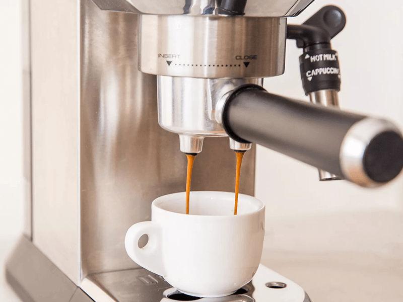 Đặt cốc ở dưới đầu gắn cần pha cafe