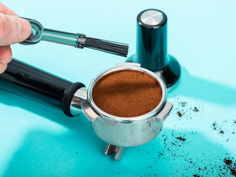 Dùng bàn chải để làm sạch quanh mép cần pha cafe