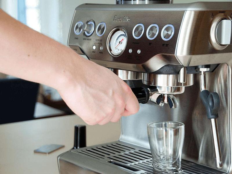 Gắn cần pha cafe vào đầu gắn theo hướng từ trái sang phải
