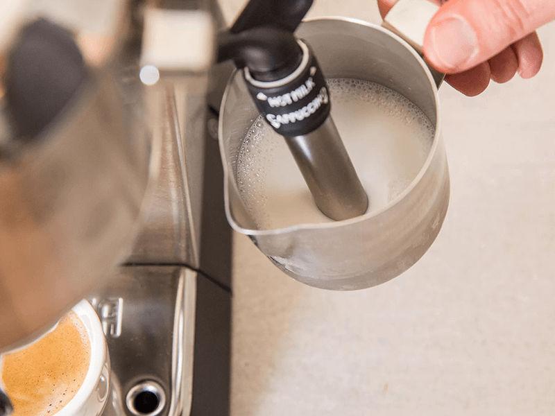 Lắp đũa tạo bọt vào bình đựng sữa
