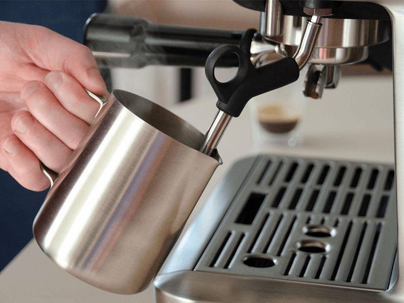 Sử dụng đũa tạo bọt để pha chế capuchino và latte