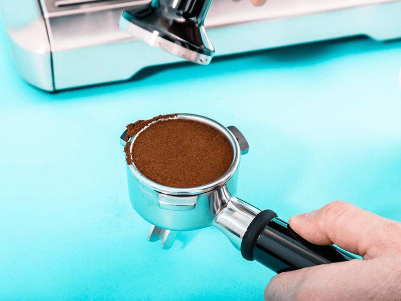 Sử dụng dụng cụ nén cafe để nén cafe
