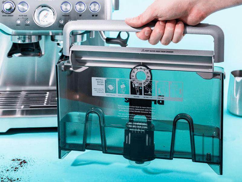Tháo ngăn chứa nước ra khỏi máy pha cafe