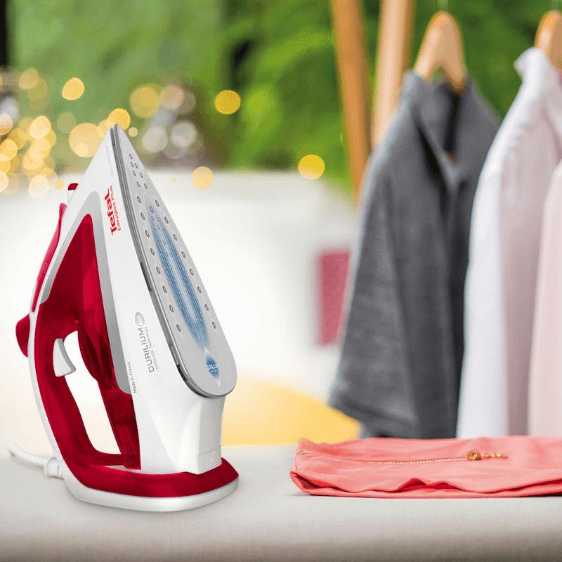 Tefal Easygliss Plus giúp ủi quần áo nhanh chóng và dễ dàng