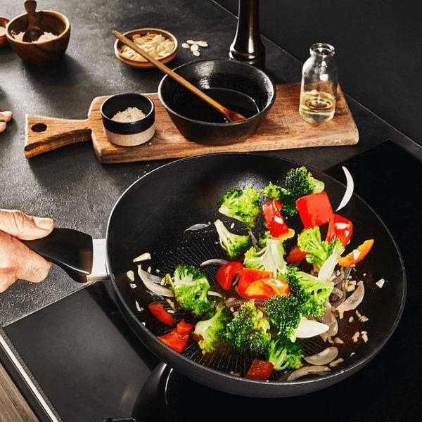 Chảo sâu lòng Tefal Unlimited nấu ăn không cần dầu hoặc một ít dầu