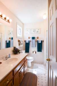 Nice full bath on the upper level