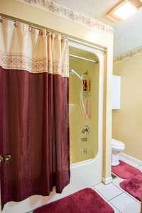 Nice full bath with shower/tub combo