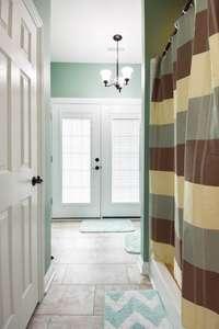 Shower/tub combo, large linen closet