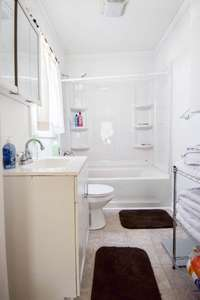 Lovely full bath with shower/tub combo