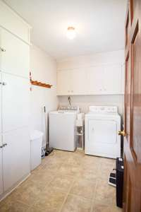 Large utility room, lots of cabinets