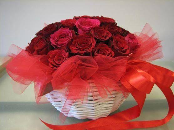 20 red rose round basket