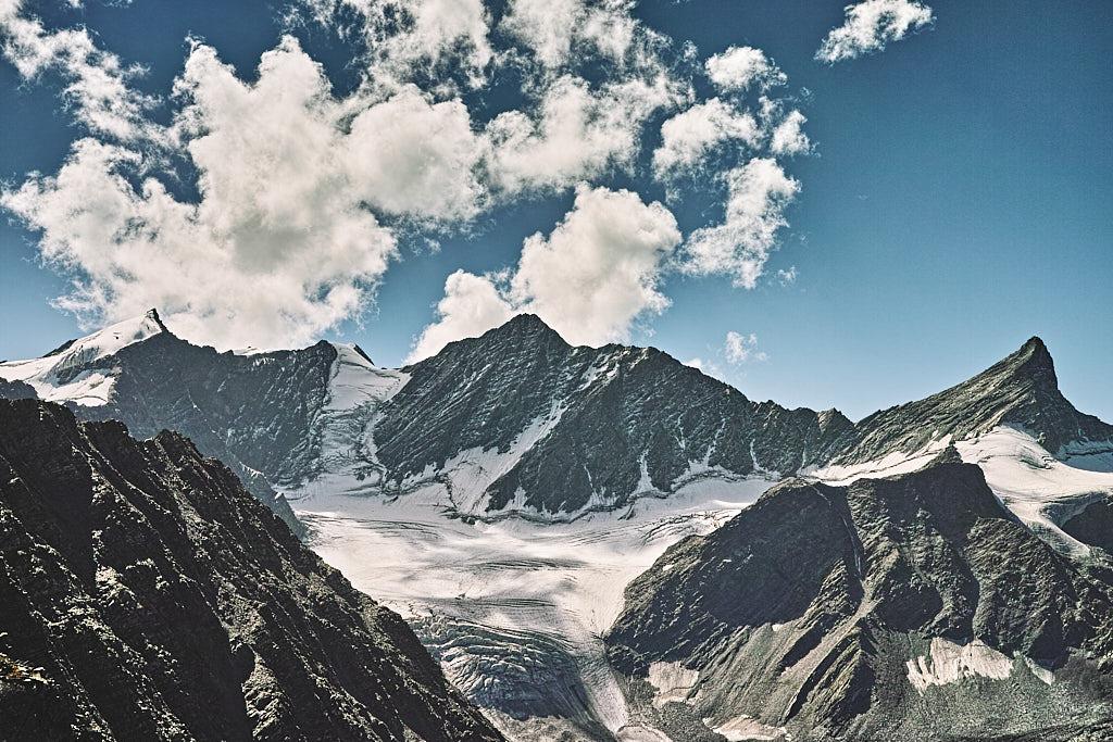 The glaciated field around Kuja peak as viewed from Kalah Pass