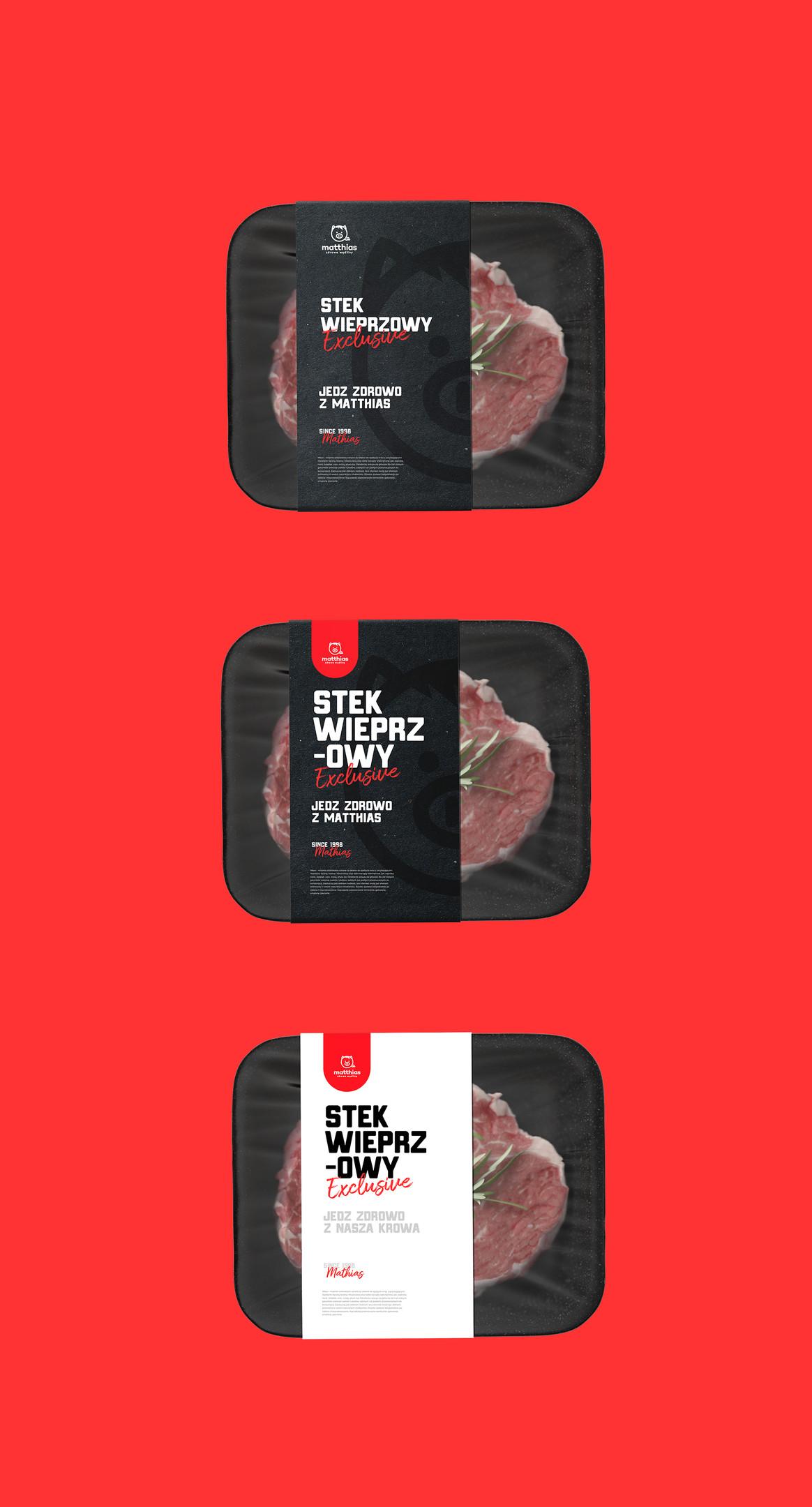 Steki wieprzowe w opakowaniu na czerwonym tle