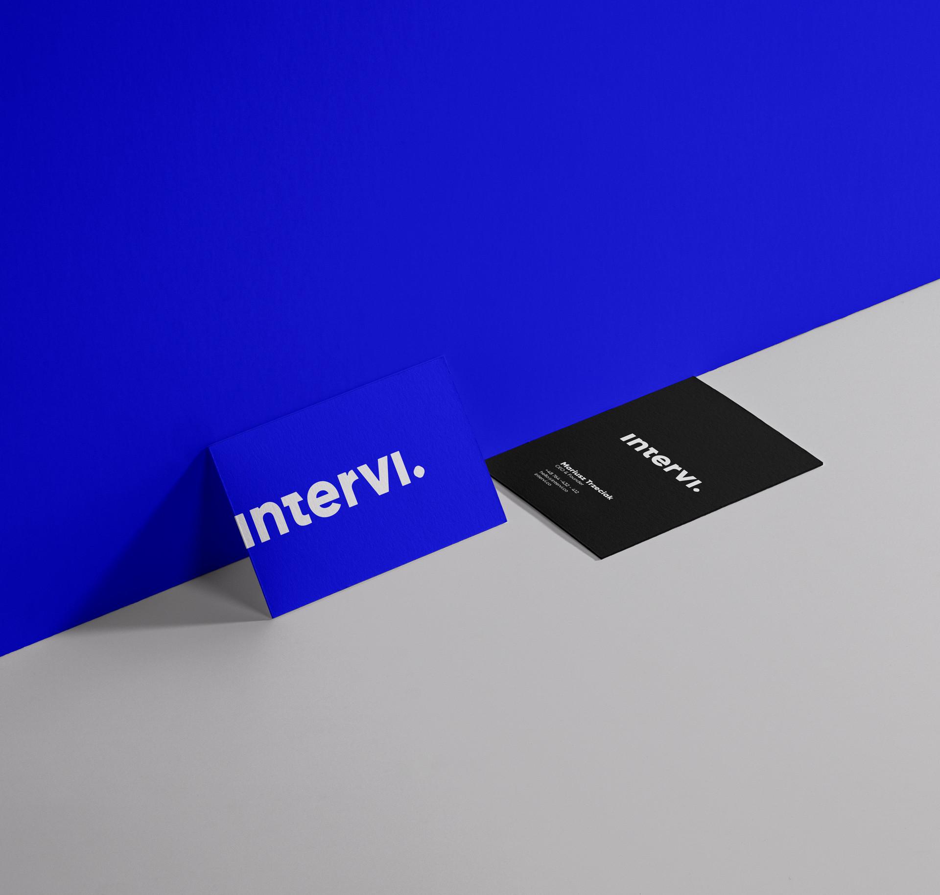 Grafika z niebieską i czarną ulotką Intervi