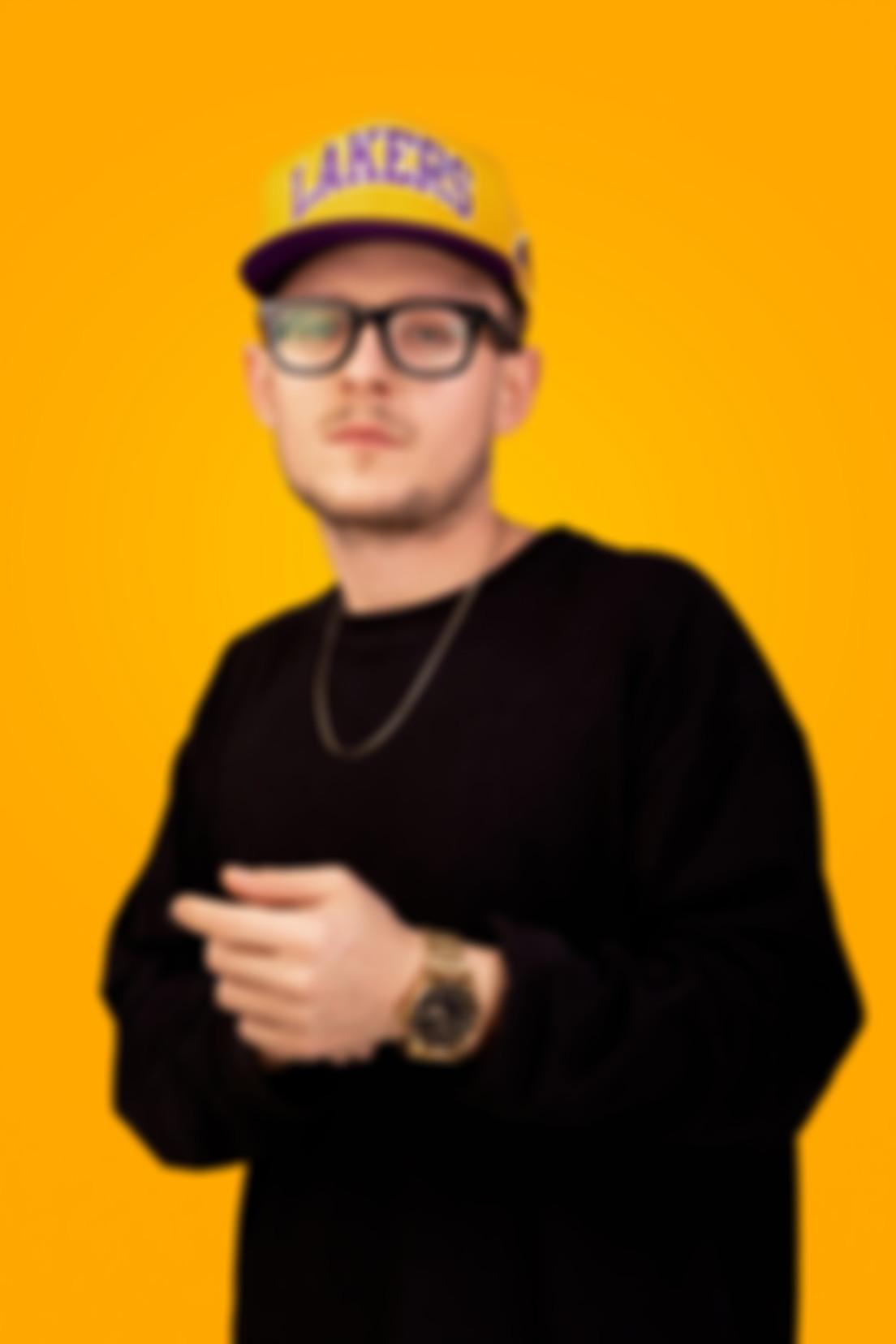 Zdjęcie na pomarańczowym tle Marcina
