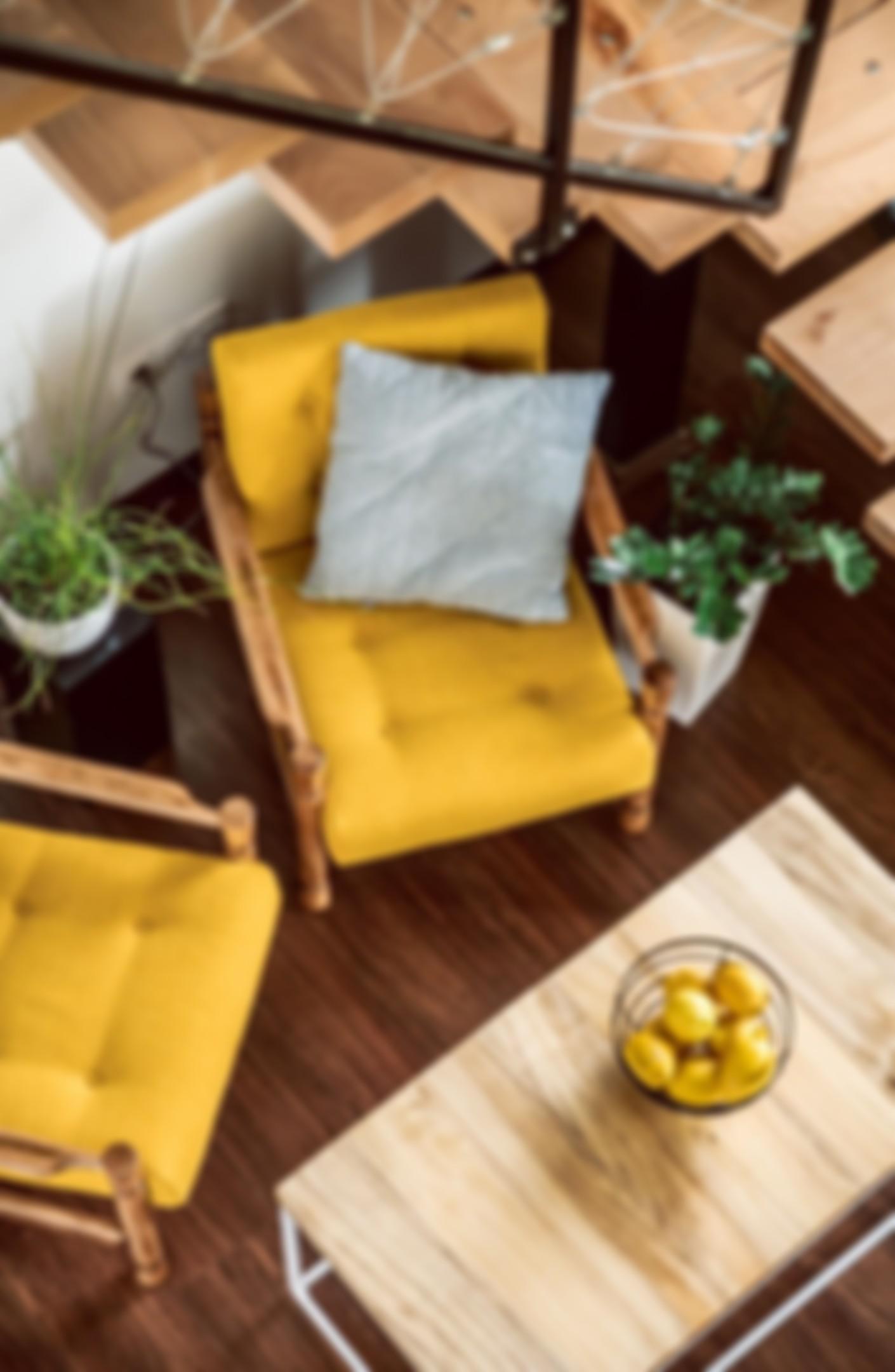 Zdjęcie z żółtymi fotelami.
