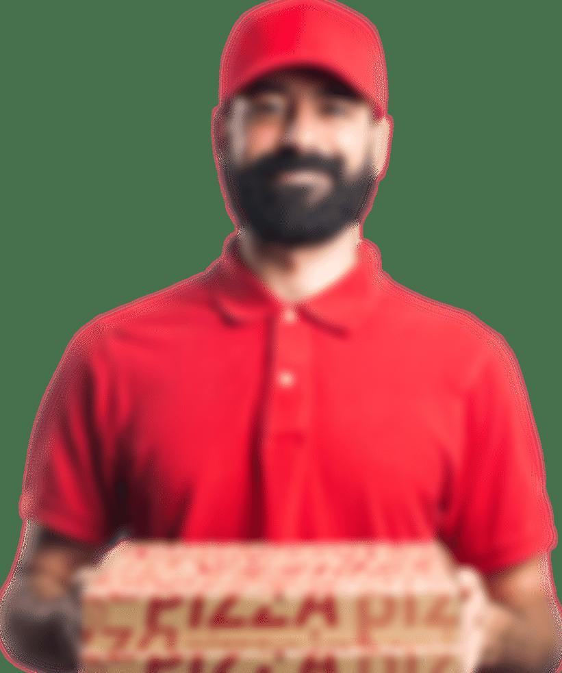 Mężczyzna w czerwonej koszulce trzymający pizzę.