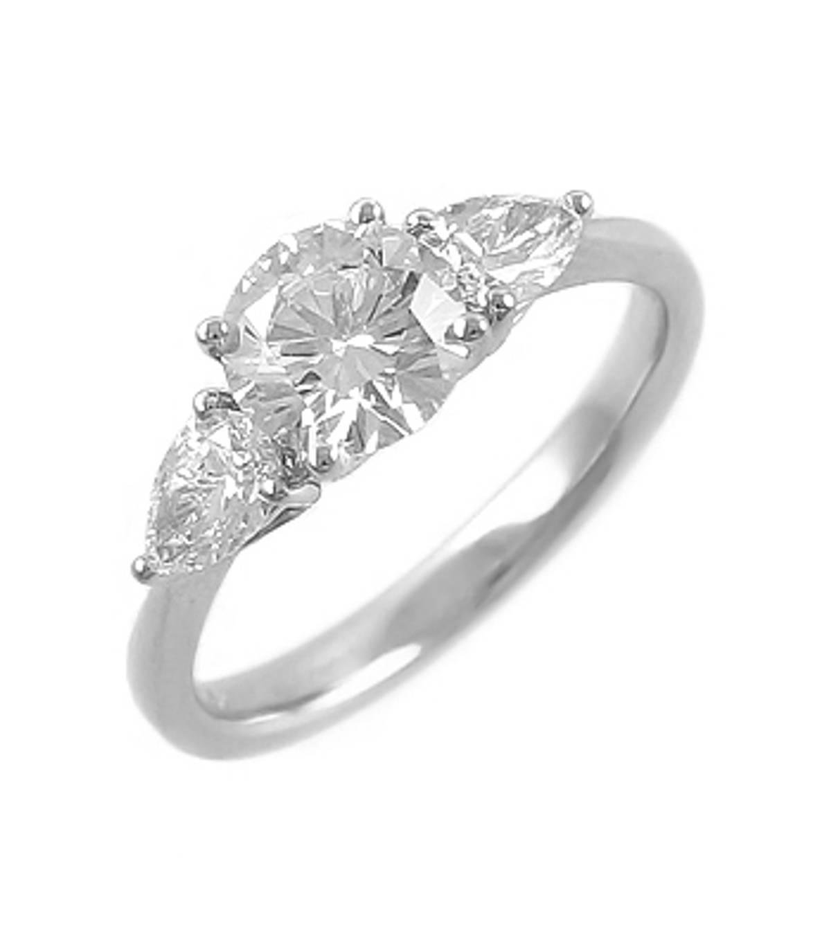 3 STONE DIAMOND RING 18k white gold 3st brilliant cut & pearshape diamond ringDETAILSbrilliant cut diamond weight 0.67ctspearshape diamond total weight 0.41cts