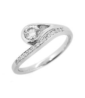 Single stone diamond solitaire ring with diamond shoulders in 18 ct white gold