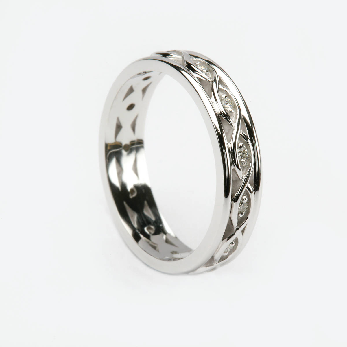 14 carat white gold ladies Celtic wedding band with light white gold simple knot design centre with white gold light rims.  Width: 4.5 mm