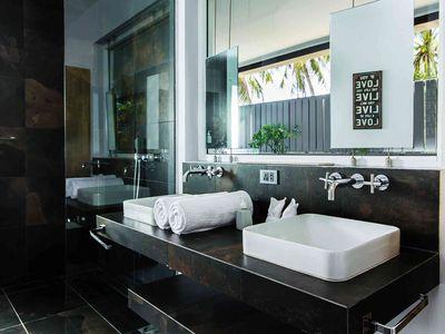 Baan Dalah - Ensuite master bathroom