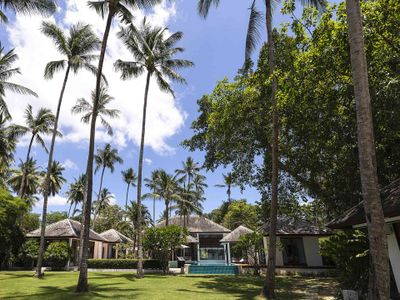 Ban Suriya - Spacious villa lawn