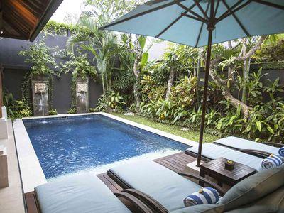 Lakshmi Villas Ubud - Poolside sunloungers