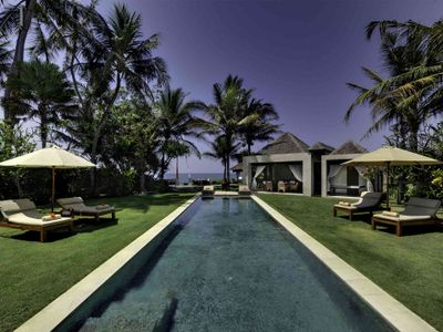 Majapahit Beach Villas - Maya - Garden sunloungers and pool