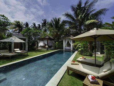 Majapahit Beach Villas - Raj - Garden, pool and bale