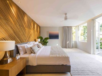 Noku Beach House - Spacious bedroom