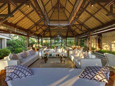 Villa Sungai Tinggi - Living area looking towards entrance