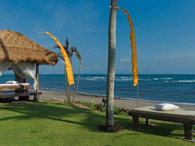 Taman Ahimsa - Beachfront massage bale