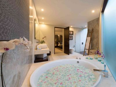 Layar - 4 bedroom - Flower petal bath