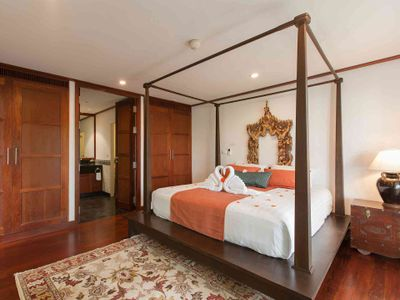 Villa Albina - Luxurious master bedroom design