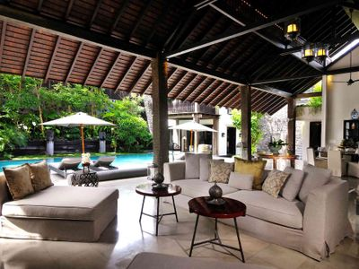 Villa DeSuma - Living area overlooking private pool
