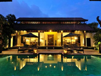 Villa DeSuma - Pool and living area lit up at night