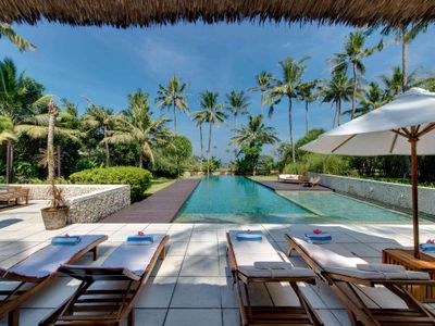 Villa Samadhana - Sun loungers with ocean view