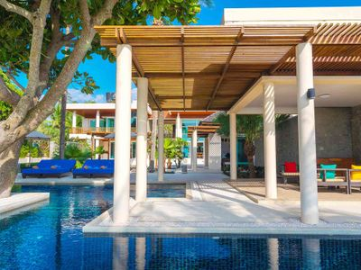 Villa Yaringa - Poolside relaxation
