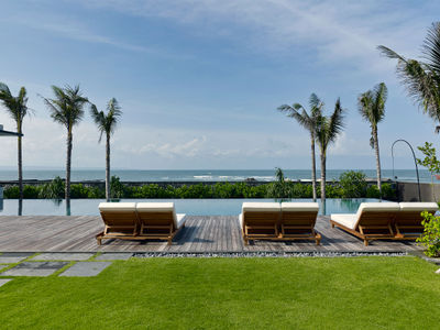 Arnalaya Beach House - Sunloungers by the pool