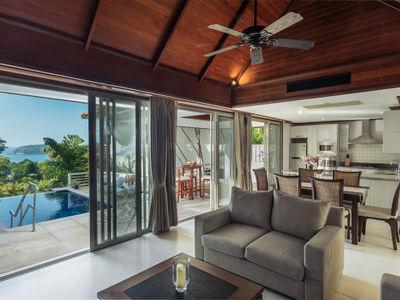 Villa Mauao - Living and dining area