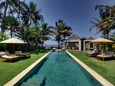 Majapahit Beach Villas - Maya - Garden sunloungers and pool
