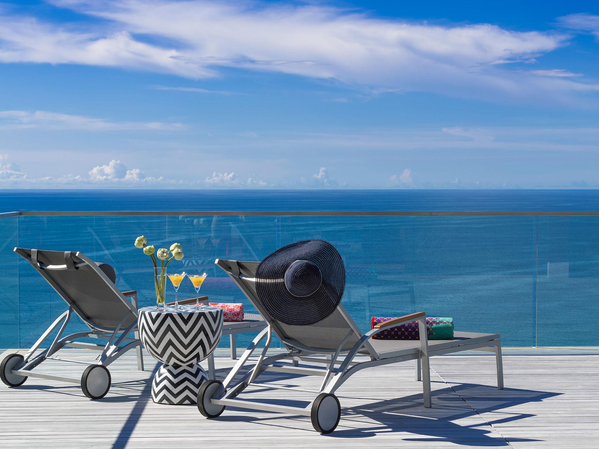 Malaiwana Villa R - Deck chairs and view